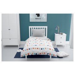 Sfeerfoto kinderkamer, bed met dekbedovertrek met gekleurde stoppen