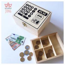 Houten kistje met speelgoed geld en kassa sticker