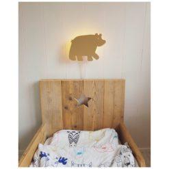 Kinderkamer met een beren wandlamp aan de muur