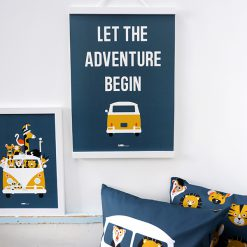 Kinderkamer poster in donkerblauw met tekst en busje