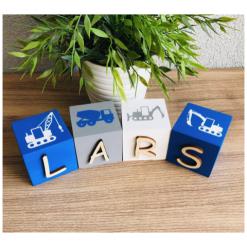 Houten naamblokken met bouwvoertuigen