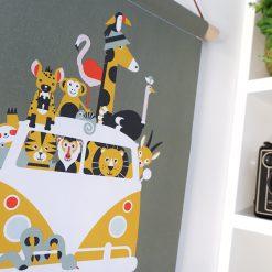 Detail foto van textielposter voor de kinderkamer met safari busje, olijf groene kleuren