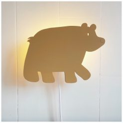 Kinderkamer met een beren wandlamp