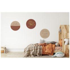 Kinderkamer met roestkleurige muurcirkels met geboortegegevens