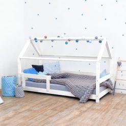 Kinderkamer met huisbed in wit