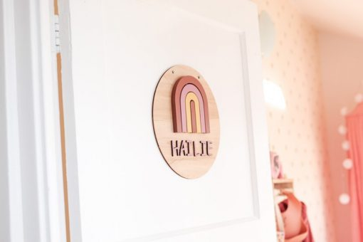 Deur kinderkamer met houten muurcirkel met naam en regenboog