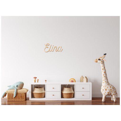 Muur babykamer met houten naam aan de wand